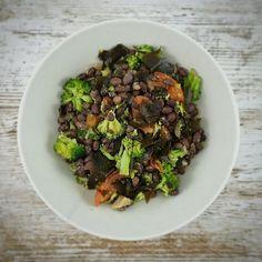 Otra manera de preparar Azukis  con zanahoria y brócoli. Salteamos en una sartén cebolla zanahoria y brócoli. Hervir las azukis con alga kombu durante 30 minutos. Escurrir. Cortar la alga para incorporarla a las verduras. Mezclar todo y condimentar con perejil picado ajo molido y tomillo  Ya me cuentas si te ha gustado