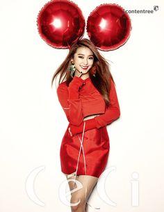 un cliché de Bora du groupe Sistar, habillée de rouge. Son sourire et les deux grands ballons rouges semblent lui former comme des oreilles de Mickey, ce qui donne un ton chaleureux et enfantin à l'image. soompi