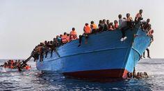 """Laura Lanuza, portavoz de Proactiva Open Arms, le dijo a la BBC ese barco de madera fue el tercero que rescataron esa mañana.  """"Los detectamos como a las cinco de la mañana. Nos acercamos a ellos, les dimos chalecos salvavidas"""", explicó Lanuza.  """"Llevaban muchas horas varados esperando ser rescatados, y después tuvieron que esperar más mientras llevábamos a cabo la transferencia de su barco a nuestro barco y después al Guardacostas italiano"""", agregó."""