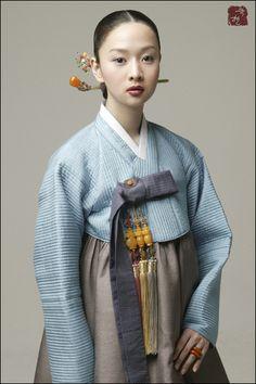 한복 traditional Korean hanbok - icy blue and palest pewter with charcoal and white accents. Korean Traditional Dress, Traditional Dresses, Korean Dress, Korean Outfits, Korean Girl, Asian Girl, Modern Hanbok, Folk Costume, Japanese Kimono