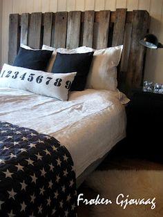 Frøken Gjøvaag: Europaller - Sengegavl Shades Of White, Wood Pallets, Comforters, Upcycle, Sweet Home, Diy Projects, Design Inspiration, Blanket, Bedroom
