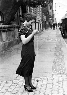 Girl playing Yo-Yo in Berlin 1920s http://ift.tt/2p4cUCT