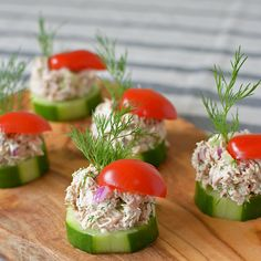 Cucumber Tuna Salad Bites In the heat of summer, sometimes you just don't feel like cooking. Thankfully, my Cucumber Tuna Salad Bites are cool, crunchy, and require zero oven time! Easy Snacks, Healthy Snacks, Healthy Eating, Keto Snacks, Snacks Ideas, Low Carb Recipes, Cooking Recipes, Healthy Recipes, Paleo Food