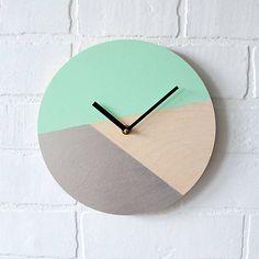 Tieto nástenné hodiny sú vyrobené z drevenej preglejky s dizajnom ručne maľovaným akrylovými farbami - tyrkysová a strieborná. Skvelé do spálne, kuchyne či obývačky. Do týchto nást...
