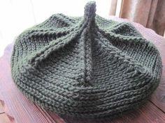 編み模様がくっきり、美しいどんぐり帽です。 かぎ針だそうですが、棒編みしたようにも見えますね。