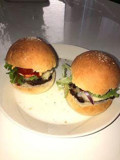 Tupun tupa: Kotitekoiset hampurilaiset Hamburger, Chicken, Ethnic Recipes, Food, Essen, Hamburgers, Yemek, Buffalo Chicken, Cubs