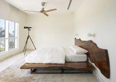 Contemporary bedroom in white with live edge headboard [Design: Magdalena Keck Interior Design] Headboard Alternative, Headboard Designs, Bed Designs, Ideas Hogar, Wood Headboard, Headboard Ideas, Wood Beds, Contemporary Bedroom, Modern Bedroom