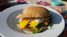 Broodje tandoori kip met verse mango en yoghurtsaus
