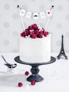 Geburtstagstorte backen: Rezepte fürs Auge creme brulee cake with raspberries, birthday cake, surprise, lovely idea with hanging cards, great idea for a surprise Food Cakes, Cupcake Cakes, Pretty Cakes, Beautiful Cakes, Amazing Cakes, Cake & Co, Eat Cake, Creme Brulee Cake, Naked Cakes
