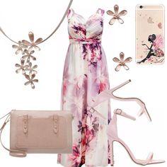 Abito lungo in una splendida fantasia floreale nei toni del rosa. Sandalo rosa con tacco a stiletto. Piccola pochette nude. Collier ed orecchini con fiori dorati. Cover smartphone con disegno fata.