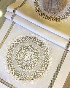 Crochet Purse Patterns, Crochet Purses, Crochet Motif, Dining Table Cloth, Table Linens, Designer Bed Sheets, Hand Embroidery Designs, Needle And Thread, Sewing Tutorials