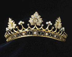 A close up of the Marquesa of Castile strawberry leaf tiara