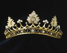 A close up of the Marquesa of Castile strawberry leaf tiara