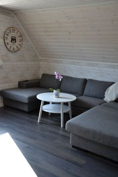 Sitzecke unter Dachschräge - weiß lasierte Holzwandpaneele und dunkler Holzboden