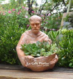 São Francisco mini garden comedouro São Francisco + placa de madeira .COD: SFMNG. São Francisco em resina pigmentada com acabamento de pintura, medida 11cm diametro X 14,5cm de altura.
