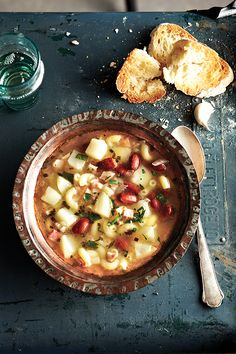 Soupe aux macaronis et aux haricots romains - Châtelaine French Soup, Soup Recipes, Cooking Recipes, Macaronis, Cheeseburger Chowder, Grisaille, Table, Cream Soups, Beans Recipes