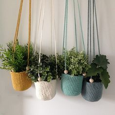Ravelry: Suspension au Crochet pattern by Caro Tricote Plants For Hanging Baskets, Baskets On Wall, Crochet Plant Hanger, Macrame Wall Hanging Diy, Crochet Home Decor, Flower Pots, Crochet Projects, Diy And Crafts, Crochet Patterns