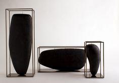 Overscale Candles, design Jean-Marie Massaud per B&B Italia. Candele come sculture sinuose in cera naturale nera racchiuse da una struttura ...