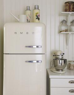Retro kitchen with Smeg refrigerator via and Kitchen Aid Vintage Fridge, Retro Fridge, Retro Refrigerator, Tiny Fridge, Refrigerator Magnets, Kitchen Interior, New Kitchen, Kitchen Decor, Kitchen White