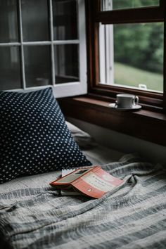 Cottage all'inglese: la casa in stile rustico - Hygge - Liebe zum Arrangements Slow Living, Mindful Living, Cozy Living, Living Room, Simple Living, Living Spaces, Reading Nook, Study Nook, Reading Time