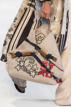 Etro at Milan Fashion Week Spring 2019 - Livingly Sport Chic, My Bags, Purses And Bags, Frauen Mittleren Alters, Boho Hippie, Bohemian, Diy Straw, Boho Bags, Basket Bag