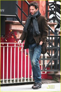 this style seems so easy, yet so many guys can't fathom putting it together. Thankfully we have Keanu Reeves.