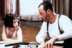 """""""Léon — Der Profi"""" 1994 begann Natalie Portmans beispiellose Karriere, als sie sich für die Rolle der Mathilda in """"Léon — Der Profi"""" unter 2000 Bewerberinnen durchsetzen konnte. Der Film erzählt von der ungewöhnlichen und — trotz der Härte des Films — anrührenden Beziehung zwischen einem zwölfjährigen Mädchen und einem Profikiller."""