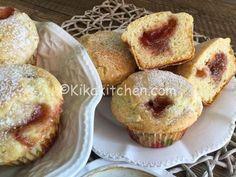 I muffin con marmellata sono soffici dolcetti con un cuore morbido all'interno. Ideali per una colazione o una merenda sana e genuina.