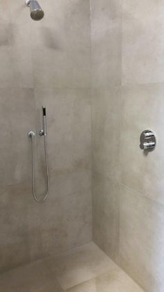 Betonlook tegels 80x80cm met Dornbracht Tara kranen in de showroom van Tegel&Bad te Rijssen. Modern Bathroom Tile, Neutral Bathroom, Bathroom Tile Designs, Tiny House Bathroom, Steam Showers Bathroom, Bathroom Toilets, Bathroom Layout, Bathroom Wall, Bathrooms