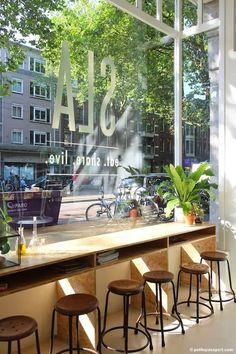 salad bar SLA - Amsterdam Le long du couloir, comme une immense table pour bosser  Amsterdam