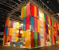 Qupix's stand for Fox Vakanties using a simple concept and materials, but maximising impact through height and colour. Exhibition Stall, Exhibition Stand Design, Exhibition Display, Trade Show Booth Design, Display Design, Stage Design, Event Design, Salas Lounge, Mesa Exterior