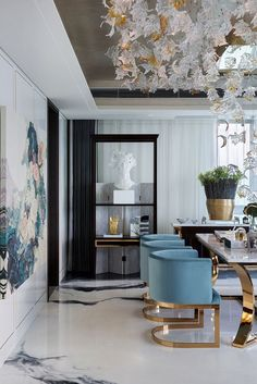 Salle à manger Gorgeous room! Blue and gold velvet chairs ceiling sculpture oversized art