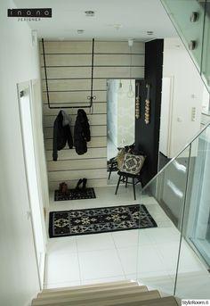 naulakko,eteinen,valoisa,vaaleat sävyt,musta,tuoli,minimalistinen