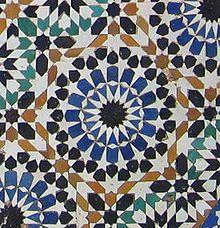 Lo zellige è un elemento architettonico marocchino, di provenienza berbera e hispano-moresca, che si adatta perfettamente agli stili contemporanei di decorazione preservando così la produzione artigianale. Probabilmente derivato dal mosaico romano e bizantino- Wikipedia