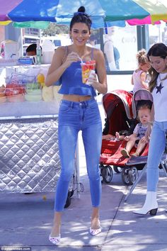 Kendall Jenner flashes her taut abs in flirty double denim ensemble The accentuated her model frame in a double denim look by US retailer American Eagle as she grabbed a sweet treat. Kendall Jenner Maquillaje, Kendall Jenner Makeup, Kendall Jenner Jeans, Kendall Jenner Outfits, Estilo Kardashian, Kardashian Style, Kendall Kardashian, Kardashian Kollection, Maluma Pretty Boy
