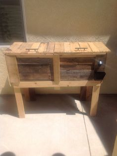How to Make a Cooler From a Pallet - I'm putting this on Ryan's craft list.