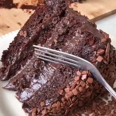 This Moist Chocolate Cake recipe is seriously the best chocolate cake you'll ever make. It's EASY to make & so moist and rich in chocolate flavor! Only Chocolate Cake Recipe, Homemade Chocolate, Chocolate Desserts, Chocolate Frosting, Cake Chocolate, Chocolate Swiss Meringue Buttercream, Chocolate Videos, Chocolate Cream, Buttercream Cake