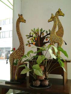 Hermosas jirafas pintadas en madera
