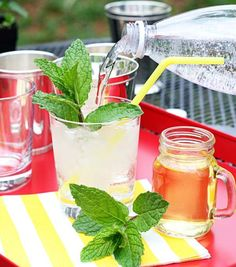 Mint fizz mocktail: cool and refreshing (for you or the kids) and looks really special to boot. Plus you have TOTAL CONTROL over how much sugar goes in your drink.