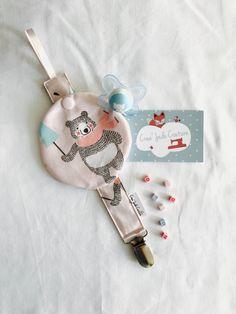 En coton a l'extérieur et à l'intérieur . Possède une petite pochette à pression qui coulisse pour protéger la tétine quand bébé ne l'utilise pas . Le clip est très - 19236818