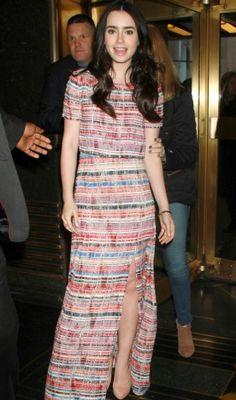 Lily Collins ficou elegante ao escolher um vestido longo listrado da grife Peter Som com fenda e sapato escarpim nude!