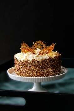 If I could have ANY cake for my b-day this year, it'd be my mom's carrot cake with cream cheese frosting- decorated as beautifully as this cake here. mmmmm. How I wish I could eat dairy again!!!