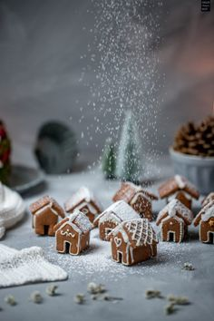 Kleine Lebkuchenhäuschen – essbare Dekoration Small sweet gingerbread cottages as an edible decoration on the cookie dish, Christmas cake or on the Christmas blackboard. Mini Desserts, Christmas Desserts, Christmas Treats, Christmas Baking, Christmas Cookies, Christmas Gingerbread House, Christmas Mood, Noel Christmas, Gingerbread Cookies