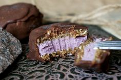 Chokladtäckt cheesecakebakelse