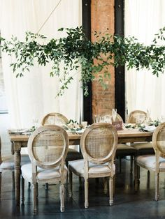 how to make a hanging floral display at home, greenery floral centerpiece, diy hanging flowers, greenery home decor, greenery party decor Hanging Garland, Greenery Garland, Hanging Flowers, Diy Hanging, Hanging Lights, Floral Centerpieces, Wedding Centerpieces, Wedding Decorations, Table Decorations