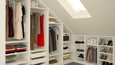 Offener Kleiderschrank unter dem Dach