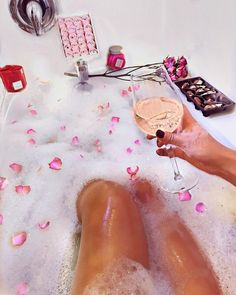 Uma relaxada básica por motivos de: é domingo e eu mereço! @newgirlnyc Tumblr Facebook, Blonde Boys, Picts, Boyfriend Girlfriend, Couple Goals, Rubber Rain Boots, Couple Photos, Couples, Instagram