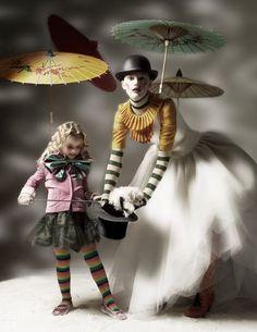 Ich kann mich nicht entscheiden, was mich mehr verzaubert... das weiße Kaninchen oder die fliegenden Schirme...