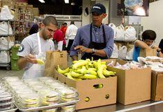 Le président Barack Obama est toujours cool même au service et en tablier. Le 11 septembre, il a aidé à préparer des repas pour une associat...