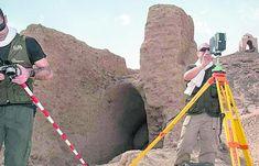 CIENCIA. Dos investigadores toman fotos del terreno y el entorno paisajístico en Asuán.